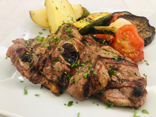 Cordero a la brasa con verduras a la parrilla restaurante mediterráneo Barcelona