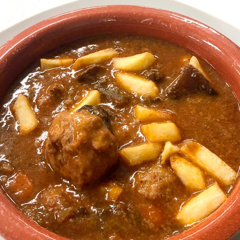 Albóndigas de carne guisadas con setas y daditos crujientes de patata